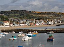 Fartyg i hamnen på Lyme Regis i Dorset, England royaltyfri fotografi