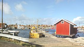 Fartyg i hamnen vid ett litet fiskeläge på kusterna av Nordsjö, Sverige royaltyfri fotografi