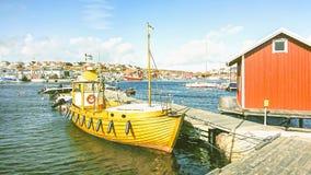 Fartyg i hamnen vid ett litet fiskeläge på kusterna av Nordsjö, Sverige royaltyfria foton