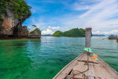 Fartyg i havet, lång svans för traditionellt fartyg i Thailand, sikt av Arkivfoto