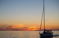 Fartyg i havet när solnedgång Arkivfoto