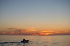 Fartyg i havet när solnedgång Arkivbild