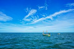Fartyg i havet nära Pran Buri, Thailand Arkivfoto