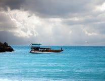Fartyg i havet och den stormiga skyen arkivfoto