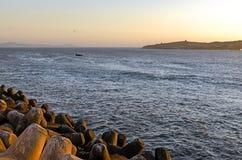 Fartyg i havet på solnedgången royaltyfria bilder