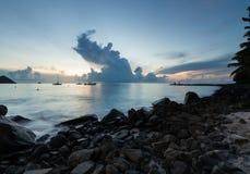 Fartyg i havet på solnedgången, St Lucia royaltyfri bild