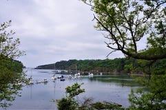 Fartyg i ittleporten av Riec-sur-Belon Brittany France arkivfoton