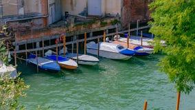 Fartyg i kanal bredvid Venetian hus i Venedig, Italien arkivfoton