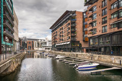 Fartyg i kanalen, Aker Brygge område, i Oslo, Norwa Royaltyfria Bilder