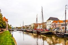 Fartyg i kanalen som omger centret av Zwolle i Overijssel, Nederländerna royaltyfri bild