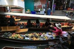 Fartyg i kanalen som säljer frukter, foods arkivfoto