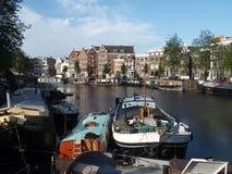 Fartyg i kanalgracht, AMSTERDAM, NEDERLÄNDERNA Royaltyfria Bilder