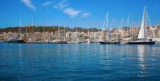 Fartyg i klart blått vatten av den ljusa sommardagen Arkivfoto