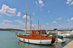Fartyg i Klimno på ön av Krk Royaltyfri Fotografi
