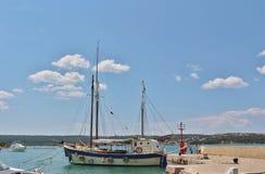 Fartyg i Klimno på ön av Krk Arkivfoto