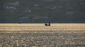 Fartyg i kolsyrat vatten av bergsjön stock video
