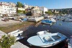 Fartyg i liten mediteraenian fiskeport i Opatija Royaltyfri Bild