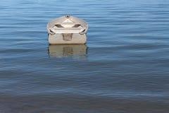 Fartyg i lugna vatten Arkivfoto