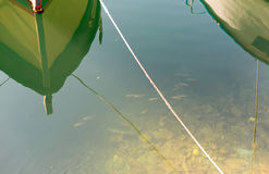 Fartyg i lugnar fri vatten av havet nära kusten av floden en kan se botten av fisken Royaltyfri Fotografi