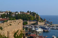 Fartyg i medelhavet i porten Antalia Arkivbild