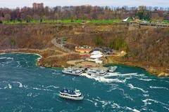 Fartyg i Niagara River och sikt av Ontario i Kanada Royaltyfri Foto