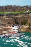 Fartyg i Niagara River och sikt av Ontario i Kanada Royaltyfri Bild