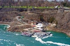 Fartyg i Niagara River och sikt på Ontario i Kanada Royaltyfri Fotografi