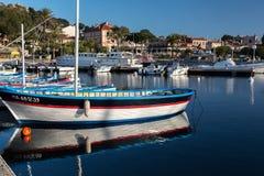 Fartyg i port av Porquerolles i Provence vid en vårafton Arkivfoto