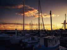 Fartyg i port på solnedgången Fotografering för Bildbyråer