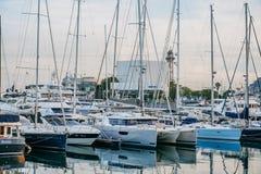 Fartyg i port Vell i Barcelona, Spanien arkivbilder