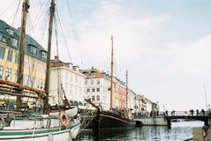 Fartyg i porten av den Nyhavn Köpenhamnen Danmark arkivfoto