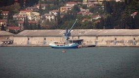 fartyg i porten som väntar för att laddas lager videofilmer