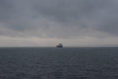 Fartyg i regnstrom royaltyfri foto
