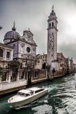 Fartyg i Rio del Greci nära campanilen av den kyrkliga San Giorgio deien Greci, Venedig, Italien Fotografering för Bildbyråer