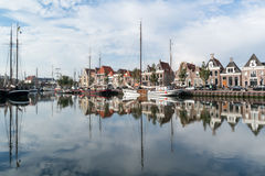 Fartyg i södra hamnkanal av Harlingen, Nederländerna Arkivfoto