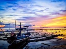 Fartyg i solnedgång Fotografering för Bildbyråer