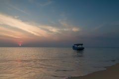 Fartyg i solnedgång Arkivfoton