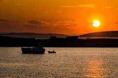 Fartyg i solnedgången royaltyfria bilder