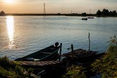 Fartyg i solnedgången i Donaudeltan, Rumänien royaltyfria foton