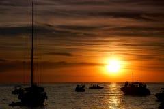 Fartyg i solnedgången på solnedgångremsa på Sant Antoni de Portmany, Ibiza, Spanien royaltyfri bild