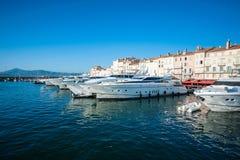 Fartyg i St Tropez seglar utmed kusten arkivfoton