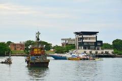 Fartyg i sydkinesiska havet, Kota Kinabalu, Malaysia arkivbild