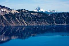 Fartyg i vatten på krater sjönationalparken Royaltyfri Fotografi