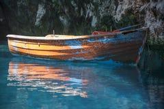 Fartyg inom Melissani sjögrottan Kefalonia Royaltyfri Foto