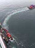 fartyg kryssar omkring färja polara turister för landning Royaltyfria Bilder
