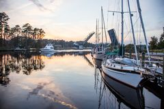 Fartyg längs den Intracoastal vattenvägen i chesapeaken, Viriginia royaltyfria bilder