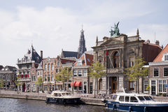 Fartyg längs den Spaarne floden, Haarlem, Holland Arkivbild