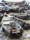 Fartyg längs en förorenad sjösida i Myanmar Royaltyfria Bilder