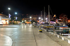 Fartyg längs sjösida i den Yalta staden i natt Royaltyfria Bilder