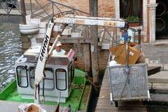 Fartyg med den hydrauliska armen och behållaren för avskrädesamling Venedig Royaltyfria Bilder